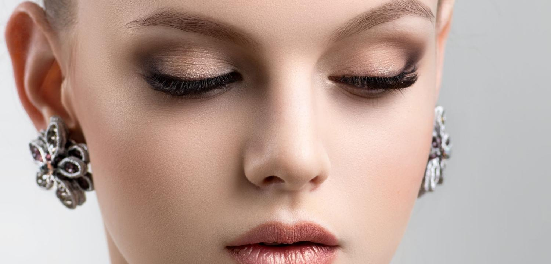 Bild einer geschminkten jungen Frau